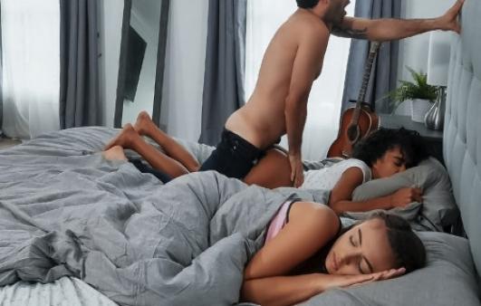 Sevgilisiyle Yatan Lezbiyeni Uykusunda Sikerek İntikam Alıyor