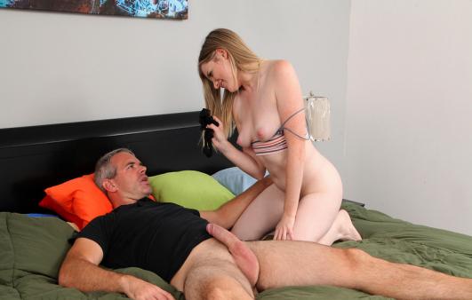 Üvey Babaya Unutamayacağı Bir Seks Fantezisi Yaşatıyor