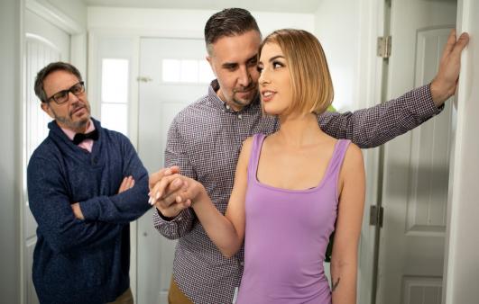 Ağabeyinin İhmal Ettiği Kadına Hak Ettiği İlgiyi Gösteriyor