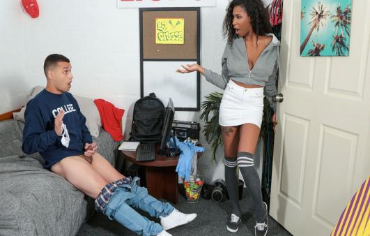 En Sevdiği İç Çamaşırını Azgın Gencin Odasında Buluyor