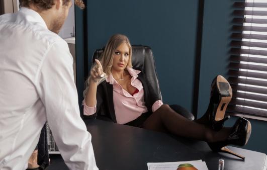Otoriter Patronunun Seks Köpeği Olmaya Razı Oluyor